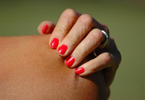 woman-scratching-shoulder
