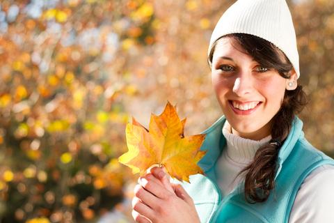 woman_fall_leaf