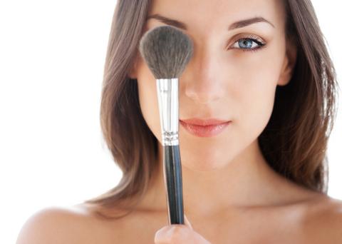 woman_applying_makeup
