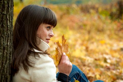 woman_fall_leaves