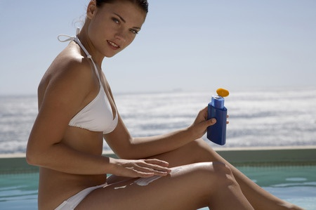 woman_applying_sunscreen