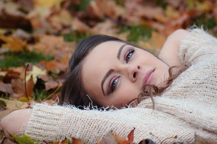 girl-lying-down-in leaves pixabay