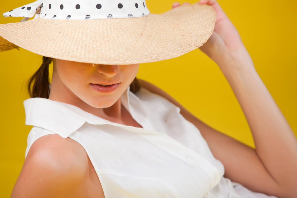 3-essential-skin-care-products-woman-hat-apothekari-skincare